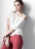 Όμορφη νέα πρότυπη τοποθέτηση κοριτσιών μόδας Στοκ Εικόνα