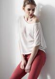 Όμορφη νέα πρότυπη τοποθέτηση κοριτσιών μόδας Στοκ φωτογραφίες με δικαίωμα ελεύθερης χρήσης