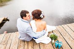 Όμορφη νέα συνεδρίαση γαμήλιων ζευγών στην αποβάθρα Στοκ Φωτογραφίες