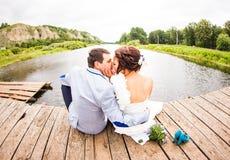 Όμορφη νέα συνεδρίαση γαμήλιων ζευγών στην αποβάθρα Στοκ εικόνες με δικαίωμα ελεύθερης χρήσης