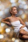 Όμορφη νέα συνεδρίαση γυναικών στην πετσέτα λουτρών Στοκ φωτογραφίες με δικαίωμα ελεύθερης χρήσης