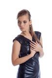 Όμορφη νέα τοποθέτηση γυναικών στο λαμπρό φόρεμα στοκ εικόνες με δικαίωμα ελεύθερης χρήσης