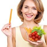 Όμορφη νέα υγιής γυναίκα με ένα πιάτο των λαχανικών στοκ φωτογραφία με δικαίωμα ελεύθερης χρήσης