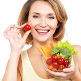 Όμορφη νέα υγιής γυναίκα με ένα πιάτο των λαχανικών στοκ φωτογραφία
