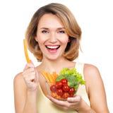 Όμορφη νέα υγιής γυναίκα με ένα πιάτο των λαχανικών στοκ εικόνα με δικαίωμα ελεύθερης χρήσης
