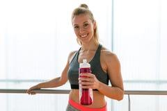 Όμορφη νέα φίλαθλη χαλάρωση γυναικών μετά από την κατηγορία στη γυμναστική Στοκ Φωτογραφίες