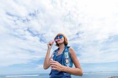 Όμορφη νέα φυσώντας φυσαλίδα γυναικών σε υπαίθριο, φύση, κοντά στον ωκεανό Τροπικό μαγικό νησί Μπαλί, Ινδονησία Στοκ εικόνα με δικαίωμα ελεύθερης χρήσης