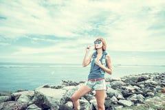 Όμορφη νέα φυσώντας φυσαλίδα γυναικών σε υπαίθριο, φύση, κοντά στον ωκεανό Τροπικό μαγικό νησί Μπαλί, Ινδονησία Στοκ φωτογραφίες με δικαίωμα ελεύθερης χρήσης