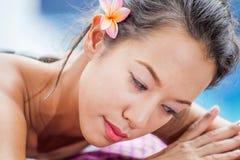 Όμορφη νέα χαλάρωση γυναικών σε ένα ξάπλωμα χ υγείας pool spa Στοκ φωτογραφία με δικαίωμα ελεύθερης χρήσης