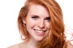 Όμορφη νέα χαμογελώντας γυναίκα με την κόκκινη τρίχα και φακίδες που απομονώνονται στοκ φωτογραφία