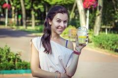 Όμορφη νέα χαμογελώντας γυναίκα, που κρατά το κοκτέιλ λεμονάδας Στοκ εικόνα με δικαίωμα ελεύθερης χρήσης