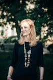 Όμορφη νέα όμορφη γυναίκα που φαίνεται πλευρά Στοκ φωτογραφία με δικαίωμα ελεύθερης χρήσης