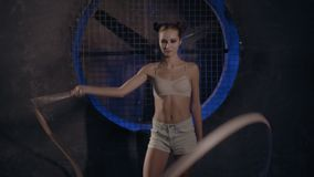 Όμορφη νέα gymnast τοποθέτηση γυναικών με την ταινία γυμναστικής απόθεμα βίντεο