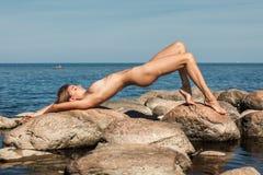 Όμορφη νέα nude γυναίκα θαλασσίως Στοκ Εικόνες