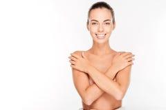 Όμορφη νέα nude γυναίκα με τα όπλα που διασχίζονται στο στήθος της Στοκ φωτογραφίες με δικαίωμα ελεύθερης χρήσης
