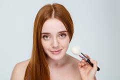 Όμορφη νέα redhead γυναίκα με το πορτρέτο φακίδων που απομονώνεται στο λευκό στοκ εικόνα