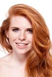 Όμορφη νέα redhead γυναίκα με το πορτρέτο φακίδων Στοκ φωτογραφία με δικαίωμα ελεύθερης χρήσης