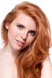 Όμορφη νέα redhead γυναίκα με το πορτρέτο φακίδων Στοκ εικόνες με δικαίωμα ελεύθερης χρήσης