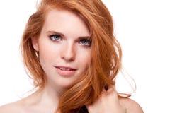 Όμορφη νέα redhead γυναίκα με το πορτρέτο φακίδων Στοκ Φωτογραφίες