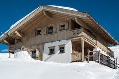 Όμορφη να κάνει σκι καλύβα Στοκ φωτογραφία με δικαίωμα ελεύθερης χρήσης