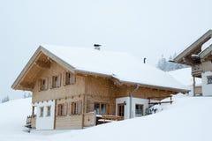 Όμορφη να κάνει σκι καλύβα στο βαθύ χιόνι Στοκ Εικόνες