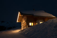 Όμορφη να κάνει σκι καλύβα τη νύχτα Στοκ φωτογραφία με δικαίωμα ελεύθερης χρήσης