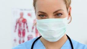 Όμορφη νοσοκόμα που προετοιμάζει μια έγχυση απόθεμα βίντεο