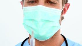 Όμορφη νοσοκόμα που προετοιμάζει μια σύριγγα απόθεμα βίντεο