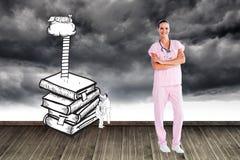 Όμορφη νοσοκόμα που στέκεται μπροστά από τη κάμερα με τα διπλωμένα όπλα Στοκ Εικόνες