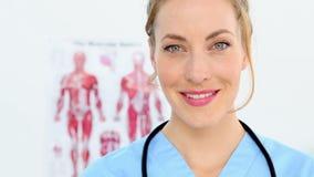 Όμορφη νοσοκόμα που χαμογελά στη κάμερα απόθεμα βίντεο
