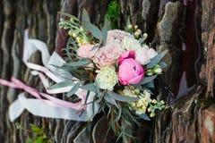 Όμορφη νυφική ανθοδέσμη που βρίσκεται στις πέτρες Μια ανθοδέσμη για τη γαμήλια τελετή κοριτσιών ` s όμορφα λεπτά λουλούδια Στοκ Εικόνα