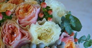 Όμορφη νυφική ανθοδέσμη της κινηματογράφησης σε πρώτο πλάνο λουλουδιών φιλμ μικρού μήκους