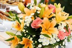 Όμορφη νυφική ανθοδέσμη των κρίνων και των τριαντάφυλλων Στοκ Εικόνες