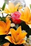 Όμορφη νυφική ανθοδέσμη των κρίνων και των τριαντάφυλλων Στοκ εικόνα με δικαίωμα ελεύθερης χρήσης