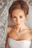 Όμορφη νύφη αναμμένη από το φως του ήλιου Στοκ Φωτογραφίες