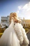 Όμορφη νύφη δύο στον κήπο Στοκ Εικόνες