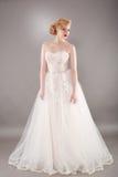 Όμορφη νύφη και όμορφο γαμήλιο φόρεμα στοκ εικόνες