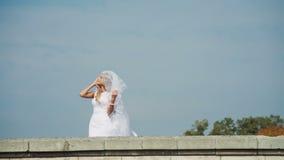Όμορφη νύφη με ένα πέπλο που πέφτει από απόθεμα βίντεο