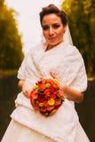 Όμορφη νύφη με την ανθοδέσμη στην άσπρη εσάρπα Στοκ φωτογραφία με δικαίωμα ελεύθερης χρήσης