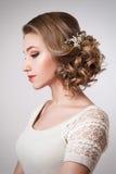Όμορφη νύφη με το γάμο μόδας hairstyle και τα εξαρτήματα Στοκ Εικόνες