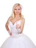 Όμορφη νύφη που εμφανίζει δάχτυλο δαχτυλιδιών Στοκ Εικόνες