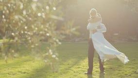 Όμορφη νύφη που περιβάλλει το νεόνυμφο στον τρύγο απόθεμα βίντεο