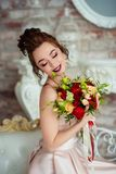 Όμορφη νύφη σε ένα άσπρο στούντιο Στοκ εικόνες με δικαίωμα ελεύθερης χρήσης