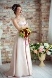 Όμορφη νύφη σε ένα άσπρο στούντιο στοκ εικόνες