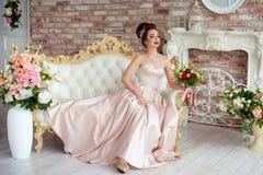 Όμορφη νύφη σε ένα άσπρο στούντιο στοκ εικόνα