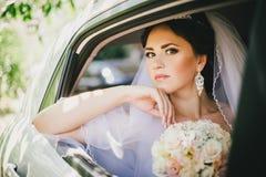 Όμορφη νύφη σε ένα αυτοκίνητο Στοκ Εικόνες