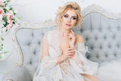 Όμορφη νύφη σε ένα peignoir Στοκ Εικόνα