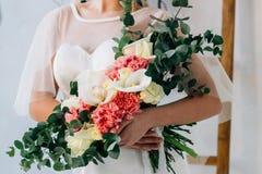 Όμορφη νύφη σε ένα peignoir Στοκ εικόνα με δικαίωμα ελεύθερης χρήσης