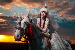 Όμορφη νύφη στην πλάτη αλόγου στοκ εικόνα