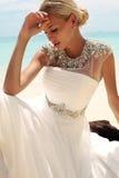 Όμορφη νύφη στην τοποθέτηση γαμήλιων φορεμάτων στο όμορφο νησί στην Ταϊλάνδη Στοκ φωτογραφία με δικαίωμα ελεύθερης χρήσης